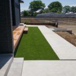 天然芝の維持管理と人工芝施工単価